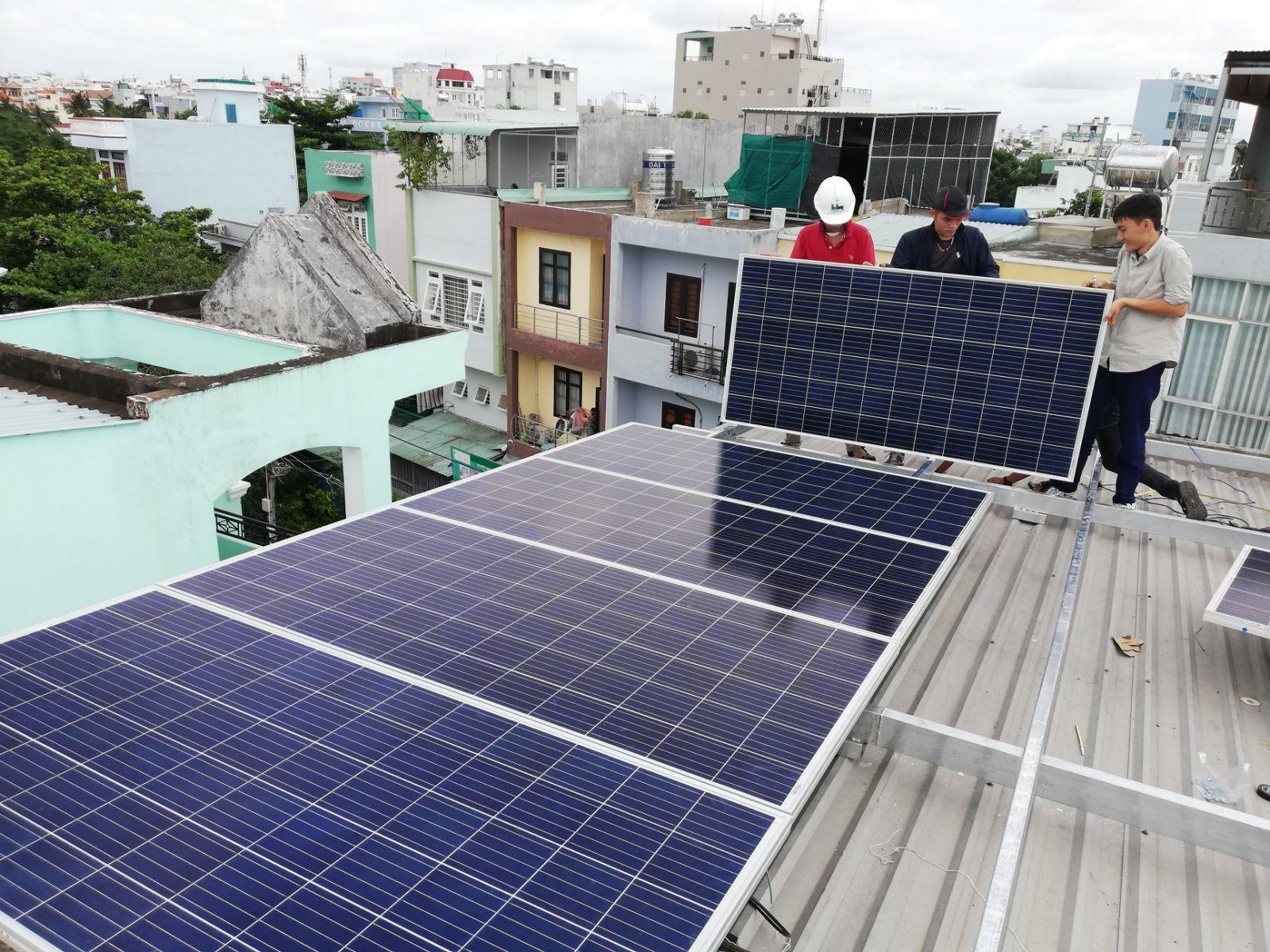 Nhiều hộ gia đình sản xuất điện năng lượng mặt trời bán cho ngành điện